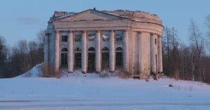 Ruiniert Kirche der Heiligen Dreifaltigkeit im Dorf von Pyataya Gora, Volosovsky-Bezirk, Leningrad-Region Wintervideo an stock video footage