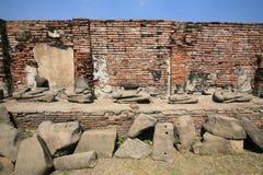 Ruinierte alte Buddha-Statuen auf brickwall Lizenzfreie Stockbilder