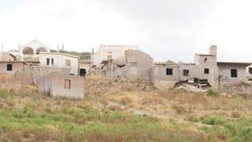 Ruinierte alte Häuser, zerstörte Gebäude im Dorf stock footage