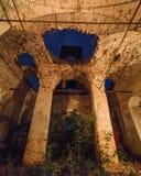 Ruinierte alte Kirche mit Spalten und Loch im Dach, wo sternenklar Stockfotografie