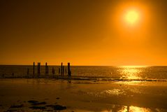 Ruinierte Anlegestelle, orange Himmel lizenzfreie stockfotografie