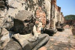 ruinierte Buddha-Statue ohne Kopf meditierte Stockfotos