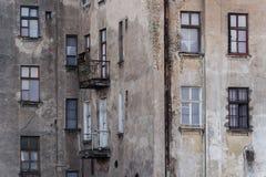 Ruinierte Fassade des historischen mehrstöckigen Gebäudes Lizenzfreie Stockfotos