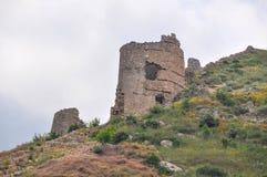 Ruinierte Festung in den Bergen Stockfotos