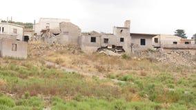Ruinierte Gebäude im leeren verlassenen Dorf stock video footage