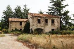 Ruinierte Gebäude in verlassenem Kloster Stockbilder