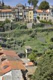 Ruinierte Häuser über malvenfarbenem Hügel Stockfotos
