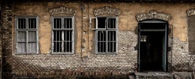 Ruinierte Hausmauer mit drei Fenstern stockfotos