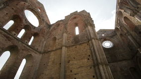 Ruinierte innere Wände zu Whitby Abbey in North Yorkshire in England Englisches Erbe Ruinen der alten gotischen Kirche stock footage