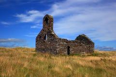 Ruinierte Kirche an einem Sommertag Lizenzfreies Stockfoto