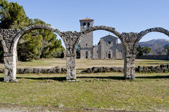 Ruinierte Säulenhalle von Castel San Vincenzo-Abtei Stockfotografie