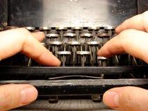 Ruinierte Tastatur mit den Händen Stockbild