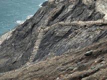 Ruinierte Treppe, die das Meer nahe Portbou hinuntergeht Stockfotos