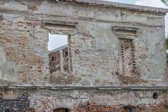 Ruinierte und alte Backsteinmauer mit Fenstern Lizenzfreie Stockfotografie