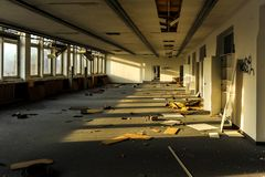 Ruinierte und verlassene Büros im Sonnenlicht lizenzfreie stockfotos