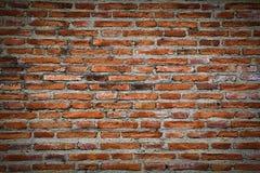 Ruinierte Wand des roten Backsteins stockfotos