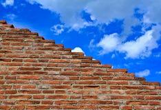 Ruinierte Wand des roten Backsteins lizenzfreie stockfotos
