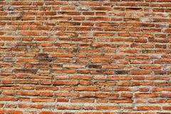 Ruinierte Wand des roten Backsteins stockbilder