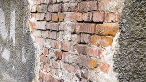 Ruinierte Wand eines Altbaus Zu das errichtende Fassadenvergipsen und -ziegelstein erneuern stock video