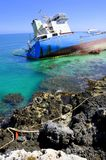 Ruinierter Öltanker im sauberen Meerwasser Stockbild