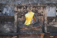 Ruinierter alter Sitz, der Buddha-Statue bei Sukkothai, Thailand, Buddha-Statue ohne Hand und Arm sitzt Lizenzfreies Stockbild