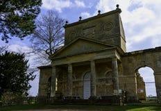 Ruinierter Tempel der Freundschaft auf Hawkwell-Feld in Stowe, Buckinghamshire, Gro?britannien lizenzfreie stockbilder