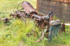 Ruinierter Traktor, der zu den Stücken verrostet Stockfotografie