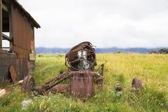 Ruinierter Traktor, der zu den Stücken verrostet Stockbilder