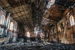 Ruinierter und verlassener dunkler gruseliger Fabrikwohnungsbau nach innen, industrielle Lagerhalle Lizenzfreie Stockbilder