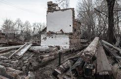 Ruiniertes altes Haus in der Landschaft stockbilder