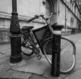Ruiniertes Fahrrad in einer Oxford-Gasse Stockbilder
