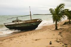 Ruiniertes, getragenes Boot in einem Sturm Lizenzfreies Stockbild