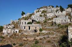 Ruiniertes Hügeldorf in der Türkei, die für Jahrzehnte unbesetzt gewesen ist stockfotos