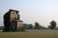 Ruiniertes Haus auf einem Gebiet Lizenzfreie Stockbilder
