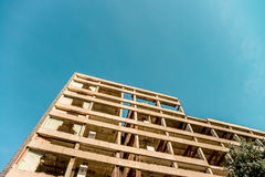 Ruiniertes Industriegebäude der Höhe Stockfotos