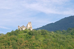 Ruiniertes Schloss auf Abhang Lizenzfreies Stockfoto