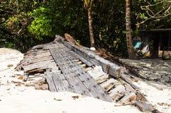 Ruiniertes Skelett eines alten Bootes auf dem Ufer von einer Tropeninsel Lizenzfreies Stockbild
