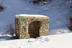 Ruiniertes Steinhaus in den Bergen Stockfotos
