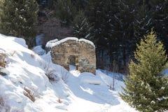 Ruiniertes Steinhaus in den Bergen Stockbilder