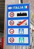 Ruiniertes Verkehrsschild herein eine italienische Grenze Stockfotografie