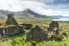 Farmhouse Ruin Overlooking Atlantic Ocean. Ruins of an old farm abandoned during the Irish Famine near Waterville on the Ring of Kerry. Local legend has it that Stock Images