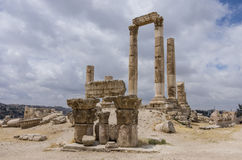 Ruins of roman Temple of Hercules on the Amman citadel with city Royalty Free Stock Photos