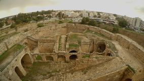 Ruiny średniowieczny forteca i nowożytny miasto w odległości zbiory