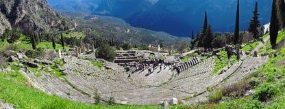 Ruiny antyczna świątynia Apollo przy Delphi, przegapia dolinę Phocis obraz stock