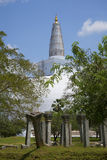 Ruiny antyczna świątynia wśród Dagoba Ranweli Anuradhapura, Sri Lanka Obrazy Stock
