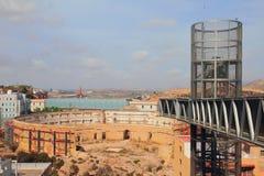 Ruiny antyczna arena i nowożytna winda cartagena Spain obrazy royalty free