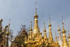 Ruiny antyczne Birmańskie Buddyjskie pagody Nyaung Ohak w wiosce Indein na Intarsja jeziorze w shanu stanie Zdjęcia Stock
