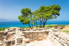 Ruiny antyczny Grecja i morze śródziemnomorskie Obrazy Royalty Free