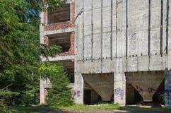 Ruiny blaszana fabryka blisko wioski Rolava niemiec Sauersack w Rudnych górach zdjęcie royalty free
