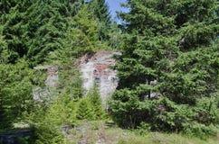 Ruiny blaszana fabryka blisko wioski Rolava niemiec Sauersack w Rudnych górach obraz stock